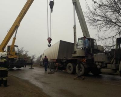В Чечне пожарные помогли дальнобойщику из Ростовской области выбраться из кювета